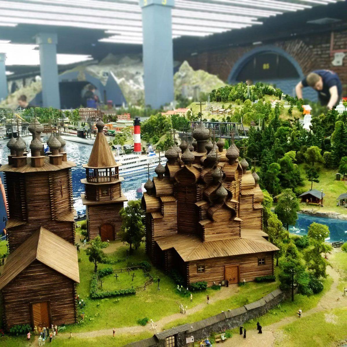 maqueta de ciudad con casas, iglesias y puerto con barcos