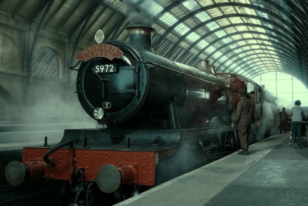 El Expreso de Hogwarts de Harry Potter en el andén 9 y 3/4.