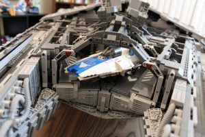 Pequeña nave en el interior de la maqueta del Destructor Imperial realizada con piezas lego