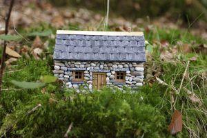 Maqueta de casa de estilo rural realizada con piedras