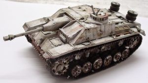 Maqueta de un tanque de guerra pintada utilizando la técnica de camuflaje invernal