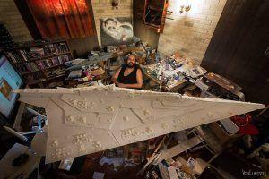 Ansel Hsiao y su maqueta del Destructor Imperial, realizada con estireno, en su caótica habitación