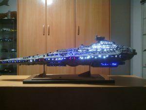 Maqueta del Destructor Estelar clase Imperial realizada con materiales reciclados e iluminada con fibra óptica