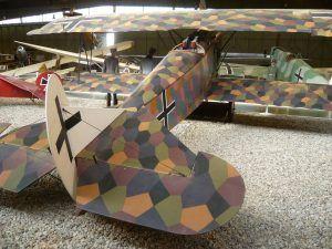 Avión Fokker D VIII utilizado por el ejército alemán durante la Primera Guerra Mundial, pintado utilizando la técnica de camuflaje hexagonal o losangeado