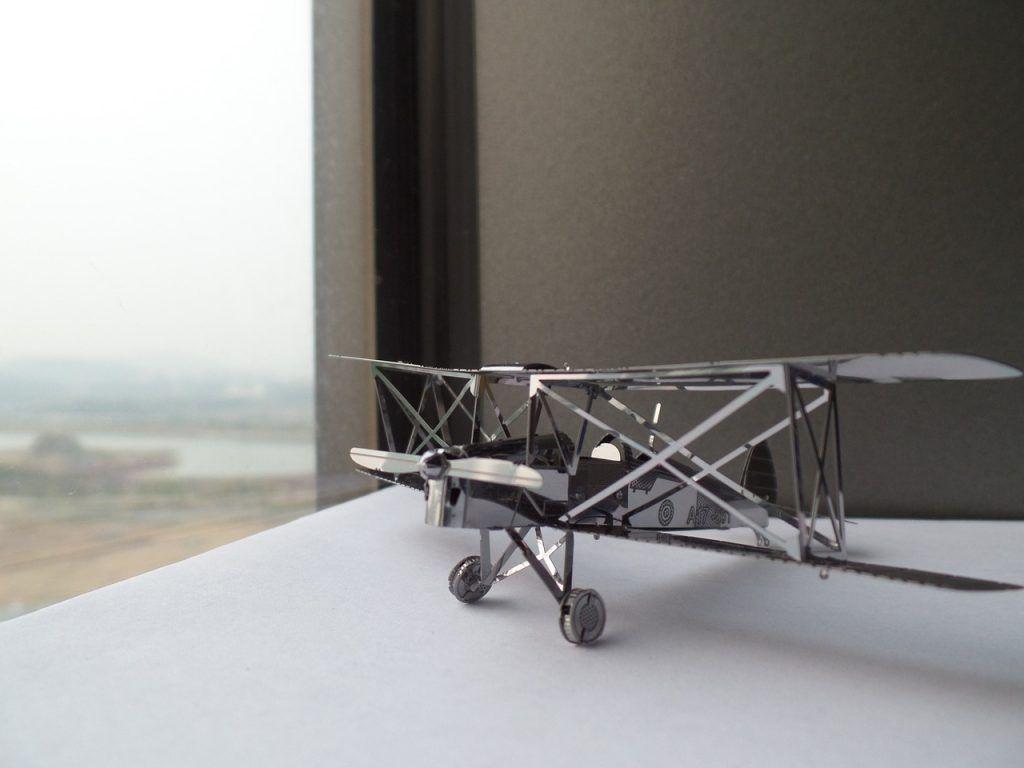 Maqueta de avión antiguo hecha de metal
