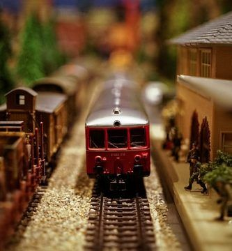 Maqueta de tren antiguo en movimiento