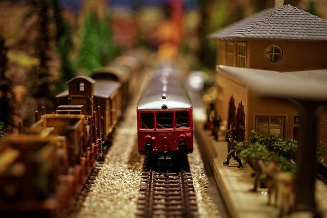 Maqueta de tren antiguo en movimiento